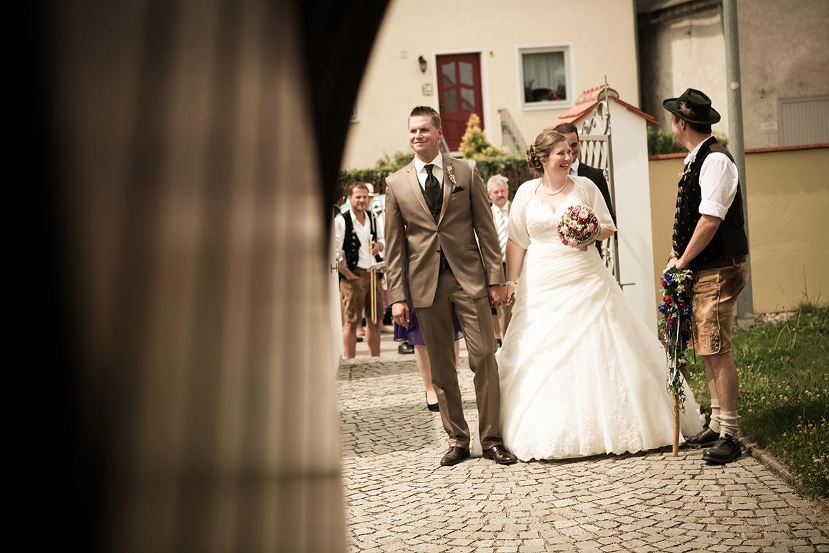 Ein bisschen spät aber besser als nie mein Eintrag zu der letzten Hochzeit. Wie fast immer ging's in der früh mitm Fotoshooting los. Treffpunkt war der Hof des Brautpaares in Ponddorf, dort auch schon das Hochzeitsauto samt Chaffeur wartete. Mal was anderes als die Edellimousinen der bayrischen Automobilhersteller – ein […]